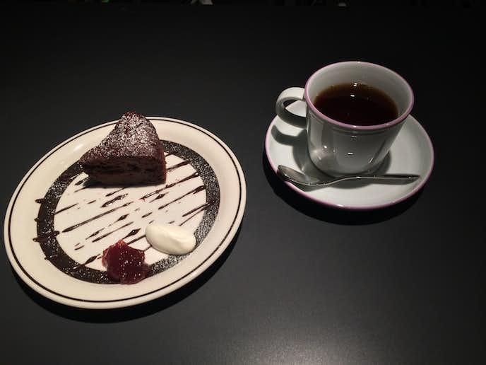 新宿南口のおしゃれカフェ「コーヒーフラジャイル」