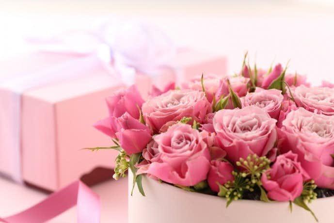 クリスマスに花束をプレゼントする