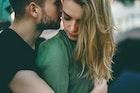 男性が女性を抱きしめる心理とは?抱きしめ方から見る男の本音を解説 | Smartlog