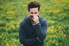 嫉妬する男性の心理とは?やきもちを焼いた時のかわいい行動パターンを紹介 | Smartlog
