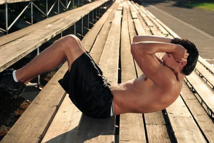 バイシクルクランチで腹筋を鍛え上げている男