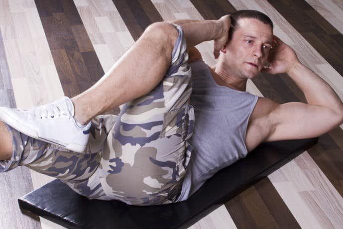 バイシクルクランチで腹筋に刺激を届けている男性