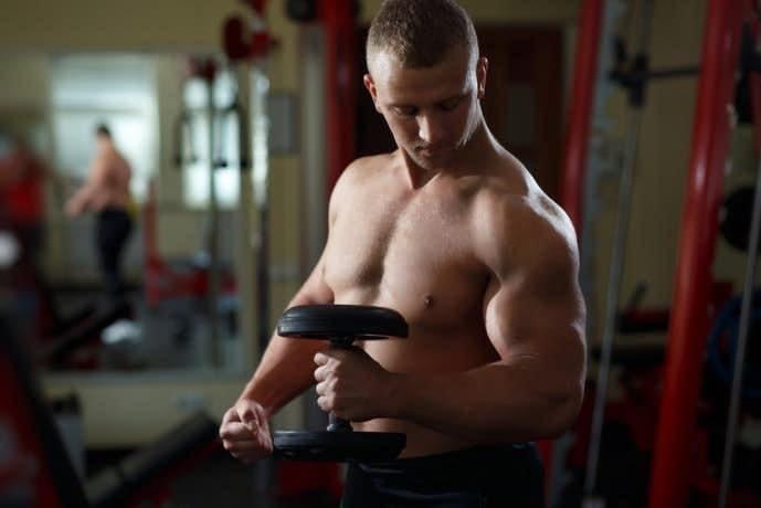 上腕二頭筋を収縮させるハンマーカールトレーニング