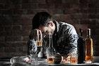 酒癖が悪い男性の性格&特徴とは?泥酔を予防して酒癖を治す対処法を解説!   Smartlog