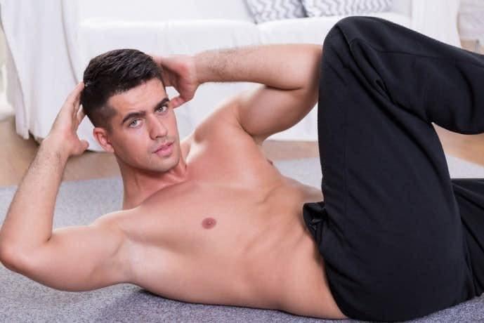バイシクルクランチで腹斜筋を刺激している男
