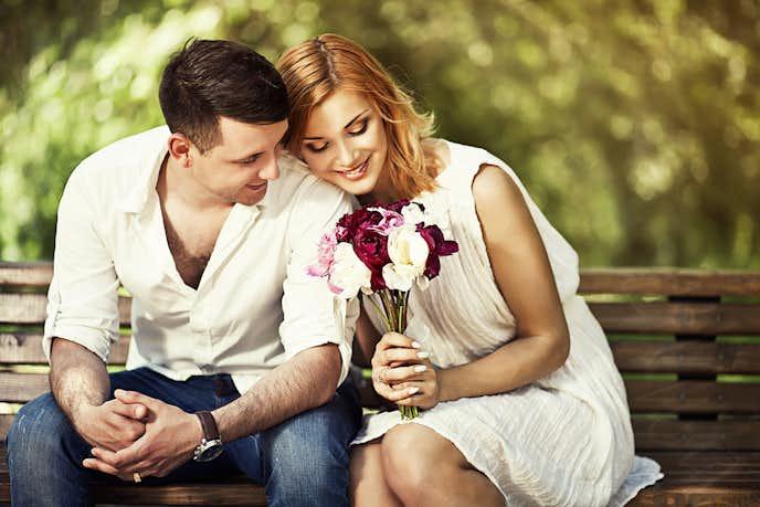 結婚をした時の話をする男女