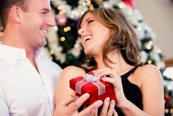 完全解説】クリスマスプレゼントの上手な渡し方とは?彼氏や彼女が喜ぶアイデアを大公開! | Smartlog