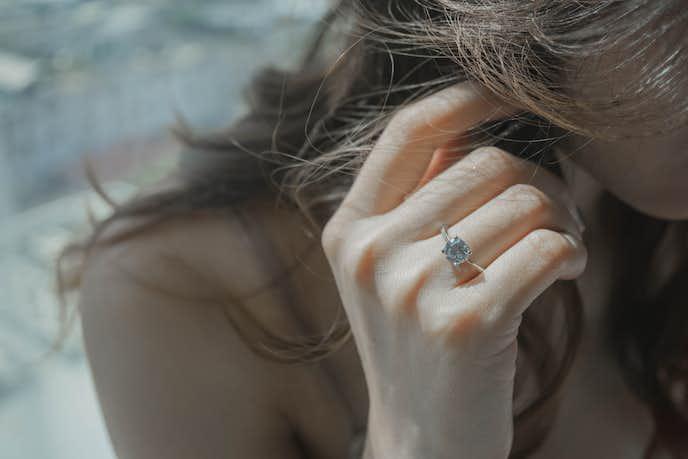 に 薬指 指輪 の 右手