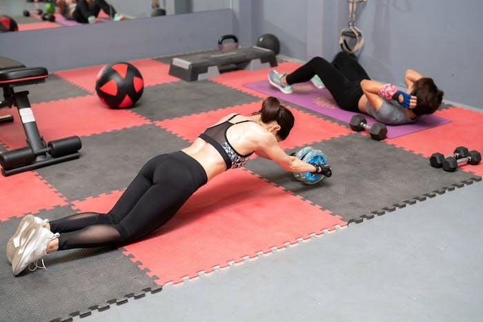 腹筋 ローラー 腰痛 い 腹筋ローラーで腰痛が起こる原因!腰痛を起こさないためのコツも解説