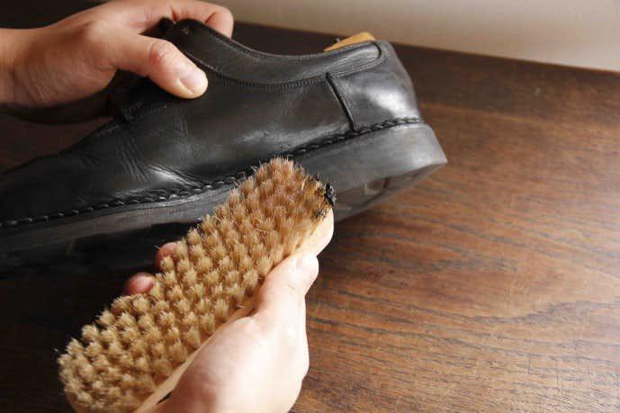 ブラシで靴全体にクリームを入れ込む
