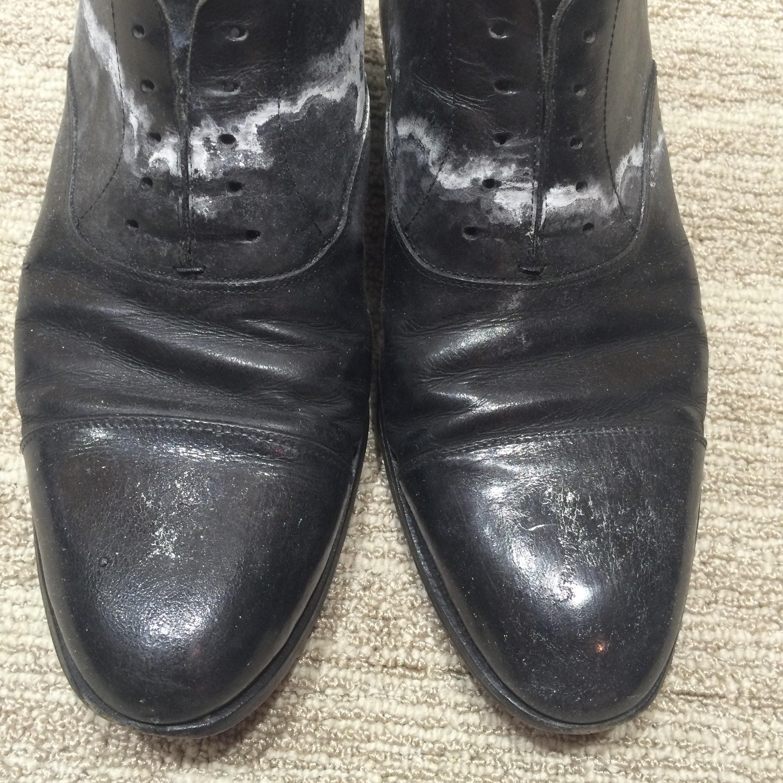 76caa569582472 雨の後、靴が白くなってしまったことはないでしょうか?潮を吹く、と表現されますが、靴が吸収した汗や、革に含まれる薬品の塩分が雨によって循環し、表面に出てきて  ...