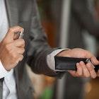 男性の正しい香水の付け方。女性は香り高いメンズを忘れない | Smartlog