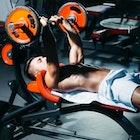 強靭な上腕三頭筋を鍛える「ナローベンチプレス」の効果的なやり方 | Smartlog