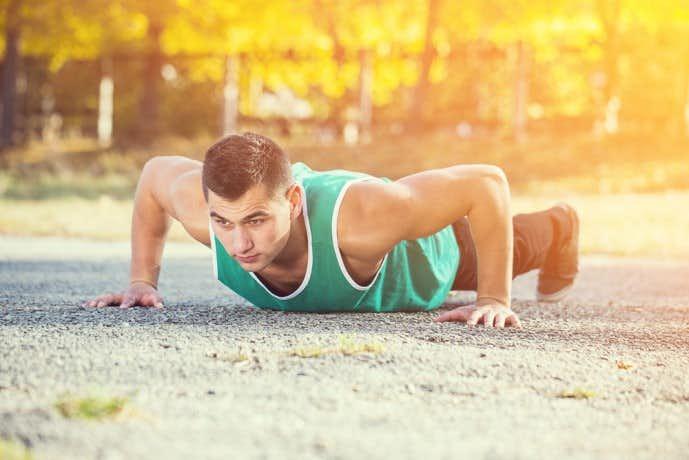 ワイドプッシュアップを行っている時に体を下げている男