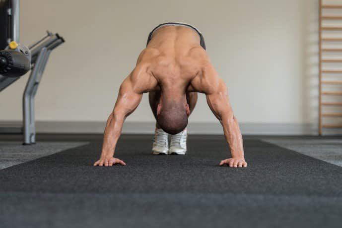 ヒンズープッシュアップを行っている筋肉質な男性