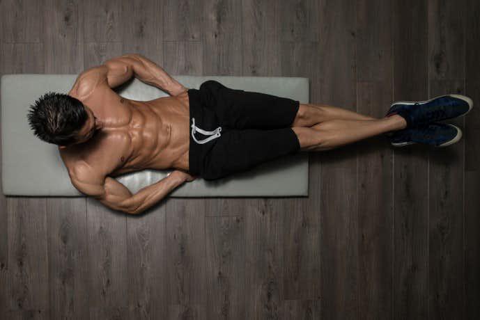 Vクランチで体を鍛える男性