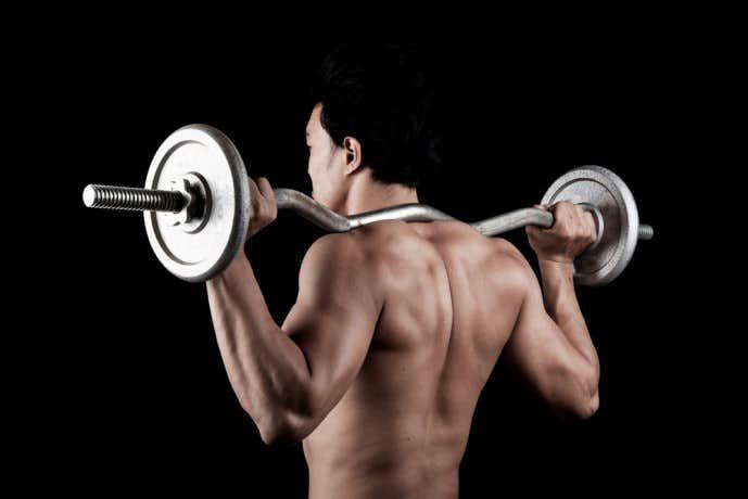 グッドモーニングで体を鍛える男性
