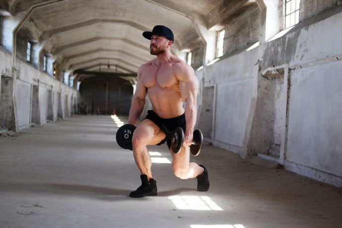 レッグランジを行う筋肉質な男