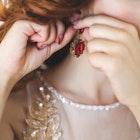 大切な女性にイヤリングのクリスマスプレゼント【おすすめブランドランキング】 | Smartlog