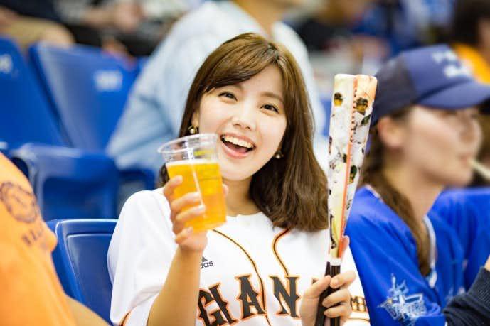 ビールを飲む野球デート