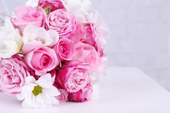 指輪と一緒に花束を贈る