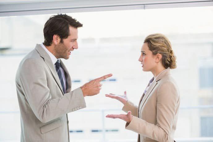 上司から怒られる女性社員