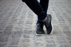 黒スニーカーでメンズコーデを足元から格上げ。おすすめシューズ10選 | Smartlog