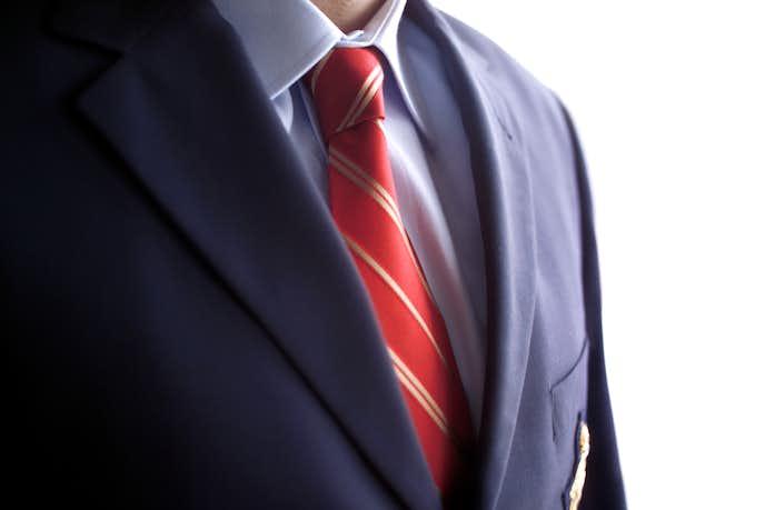 ネイビースーツに赤ネクタイをプラス