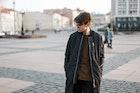 スウェットパンツの着こなしコーデ11選。いつもと一味違う部屋着の使い方とは   Smartlog