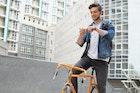 デニムジャケットで都会的なコーデに。男を引き立たせる人気ブランドとは | Smartlog