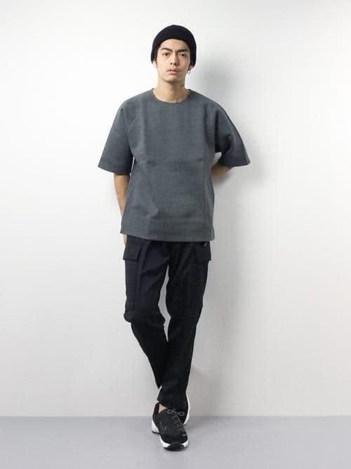 カーゴパンツとTシャツのメンズコーデ