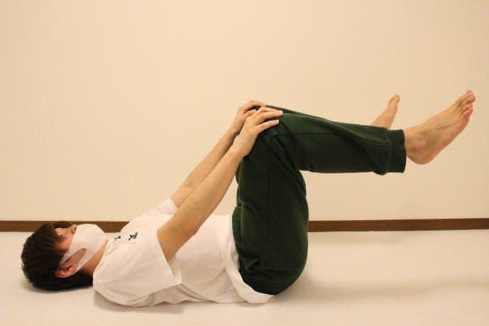 膝の柔軟ストレッチ